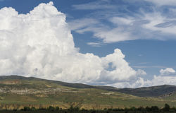Paisagem, montanhas e nuvem enorme no céu azul Imagem de Stock