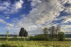 Paisagem montanhosa com o imaturo do campo de milho dominado por nuvens: Alta Murgia National Park, Apulia It?lia fotografia de stock royalty free