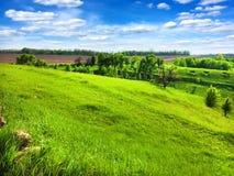 Paisagem montanhosa pitoresca com o c?u nebuloso azul brilhante fotografia de stock royalty free