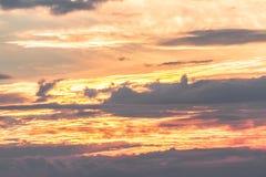 Paisagem morna das cores do céu com nuvens Fotografia de Stock