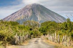 Paisagem na ilha de Ometepe com vulcão de Concepción Foto de Stock