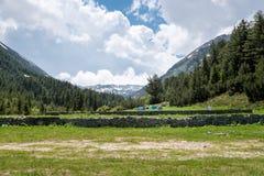 Paisagem nas montanhas com barracas Fotos de Stock Royalty Free