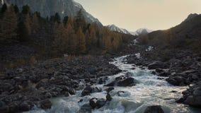 Paisagem natural bonita de conexão em cascata das montanhas Siberian de Rocky Mountain River Running Through da água branca vídeos de arquivo
