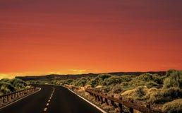 Paisagem natural da estrada do céu e da montanha com vegetação no por do sol imagem de stock royalty free