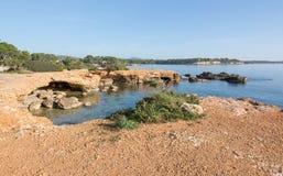 Paisagem natural da rocha e do oceano de Ibiza fotos de stock