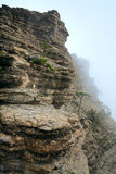 Paisagem nebulosa da rocha da montanha Foto de Stock Royalty Free