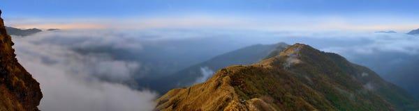 Paisagem nebulosa do panorama da montanha em Himalaya Cloudscape, cume acima das nuvens Imagens de Stock