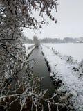 Paisagem nevado com córrego imagens de stock