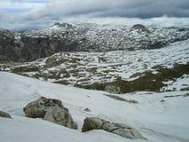 Paisagem nevado com o vulcano como picos em Puez - o parque nacional nas dolomites, Itália de Geisler - de Odle fotografia de stock