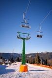 Paisagem nevado da cadeira do elevador de esqui do inverno Fotografia de Stock