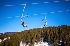 Paisagem nevado da cadeira do elevador de esqui do inverno Fotos de Stock