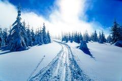Paisagem nevado da montanha bonita e traços de esquiadores Foto de Stock