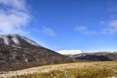 Paisagem nevado de outubro das montanhas escocesas imagens de stock royalty free
