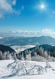 Paisagem nevado sunshiny da montanha do inverno Fotos de Stock Royalty Free