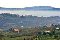 Paisagem nevoenta de Toscânia rural, Italia Fotografia de Stock