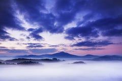 Paisagem nevoenta do outono ou do verão Manhã nevoenta enevoada com nascer do sol em um vale do parque boêmio de Suíça Detalhe de imagens de stock royalty free