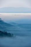 Paisagem nevoenta nas montanhas Imagem de Stock