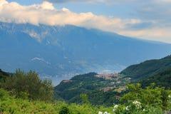 Paisagem no lago Garda com vila Imagem de Stock Royalty Free