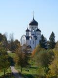 Paisagem no outono com uma igreja Foto de Stock