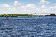 Paisagem no rio e na ponte Imagens de Stock
