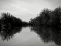 Paisagem no rio na imagem preto e branco Fotografia de Stock