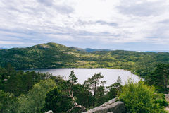 Paisagem norueguesa da natureza no dia de verão ensolarado com uma vista do th Fotografia de Stock Royalty Free