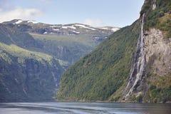 Paisagem norueguesa do fjord Hellesylt, rota de Geiranger tourism Fotos de Stock Royalty Free