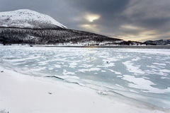 Paisagem norueguesa do inverno, fiorde congelado Imagem de Stock
