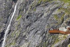 Paisagem norueguesa do turista da montanha Cachoeira de Stigfossen e v Foto de Stock Royalty Free