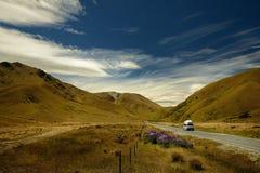 Paisagem Nova Zelândia - ilha sul - ajardine perto dos cumes do sul - estrada entre montanhas, céu azul com nuvens Fotografia de Stock Royalty Free
