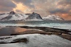 Paisagem original do mar do inverno com céu e as montanhas dramáticos fotografia de stock