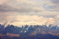 Paisagem panorâmico com montanhas, Polyana vermelho fotografia de stock