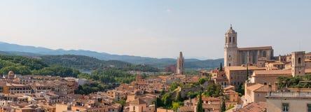 Paisagem panorâmico da cidade medieval de Girona com a catedral de Girona, Espanha imagem de stock