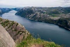 Paisagem panorâmico da natureza de Lysefjord de Preikestolen no sol Imagens de Stock