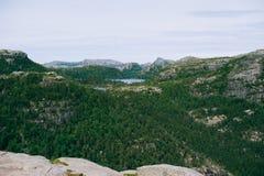 Paisagem panorâmico da natureza dos lagos da montanha em Noruega na Fotos de Stock