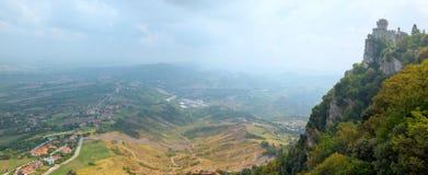 Paisagem panorâmico de São Marino, torre de Cesta imagem de stock