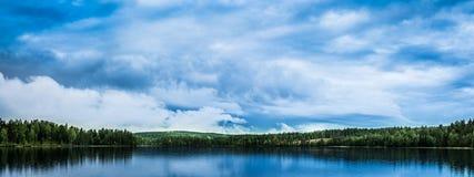 Paisagem panorâmico de um céu azul, nebuloso Fotografia de Stock