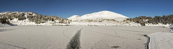 Paisagem panorâmico parque nacional congelado de Banff de três montanhas nevado do lago isle imagem de stock