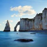 Paisagem panorâmico pitoresca nos penhascos de Etretat Penhascos surpreendentes naturais Etretat, Normandy, França, La Mancha foto de stock
