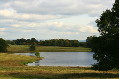 Paisagem pastoral com lago Fotos de Stock