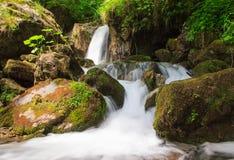 Paisagem pequena bonita da cachoeira nas montanhas Fotografia de Stock