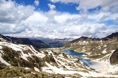 Paisagem pitoresca da natureza com lago Fotos de Stock Royalty Free