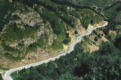 Paisagem pitoresca das dolomites com estrada da montanha Cáucaso, Rússia imagem de stock royalty free
