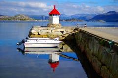 Paisagem pitoresca de Noruega com farol. Fotos de Stock