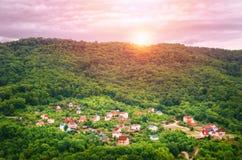 Paisagem pitoresca na aldeia da montanha no por do sol imagem de stock
