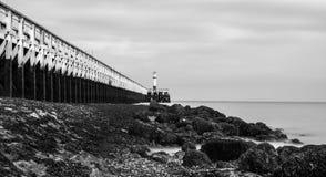 Paisagem preto e branco de um cais e do mar Fotos de Stock Royalty Free
