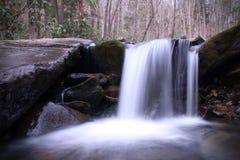 Paisagem profissional borrada da fotografia da natureza da queda da água em Great Smoky Mountains imagem de stock