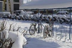 Paisagem provincial do inverno com as bicicletas estacionadas velhas fotografia de stock