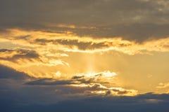A paisagem que enfrenta o sol atrás das nuvens Imagem de Stock