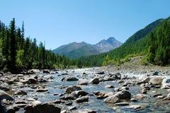 Paisagem, Rússia, o Lago Baikal, caminhada, curso, água, rio, montanha, rochas, férias, floresta, Shumak foto de stock royalty free